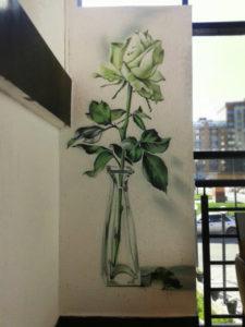 Роспись белой стены, цветы, роза