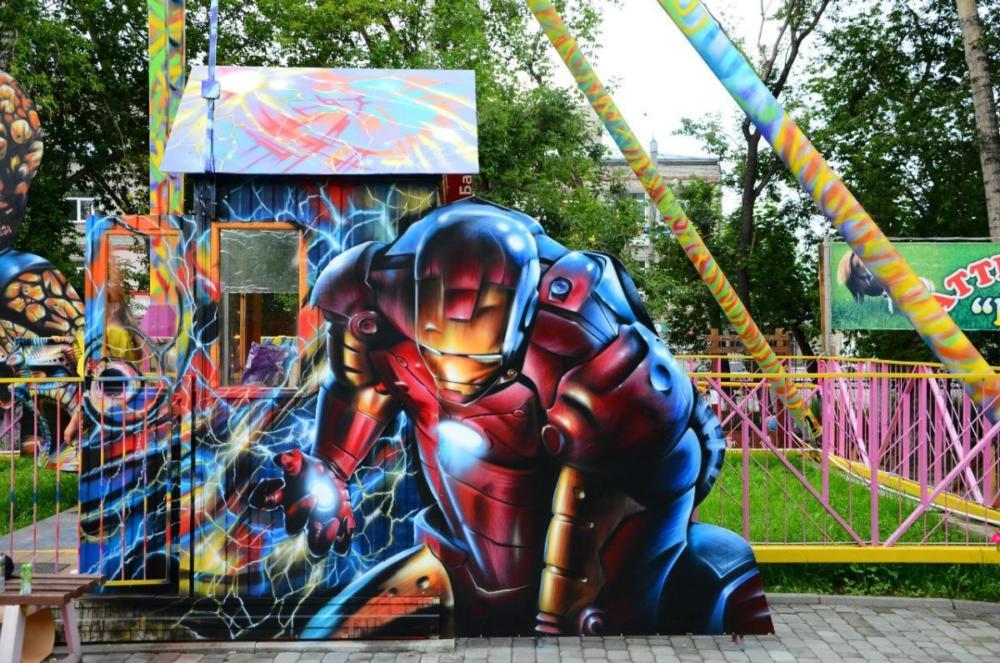 Роспись аттракциона в парке, Железный человек