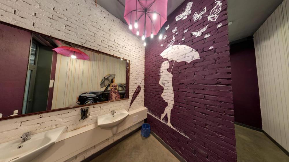 идеи дизайна туалета рочпичь по кирпичу сиреневый