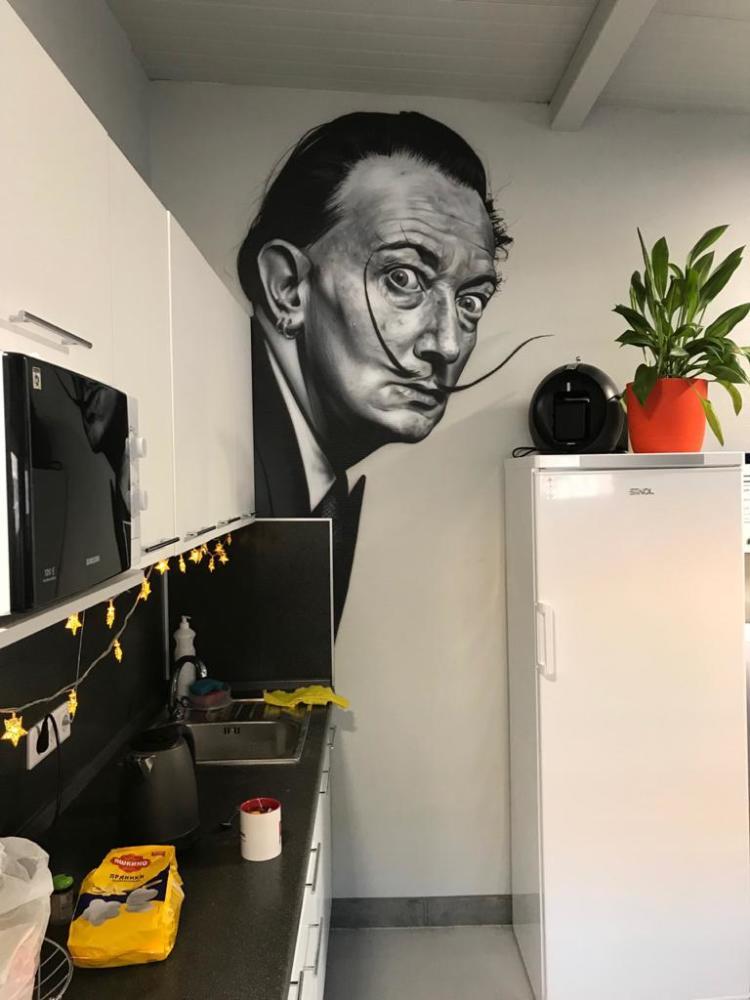 портрет на стене Сальвадора Дали